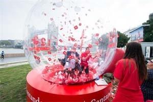 UK – Rory McIlroy in Santander Thames stunt