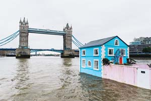 UK – Airbnb's floating house sets sail along the river Thames