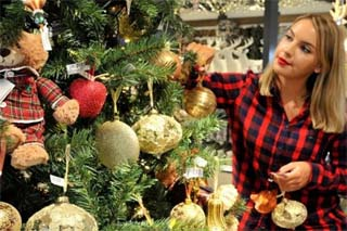 UK – John Lewis hosts Christmas 'Treetorials' for shoppers